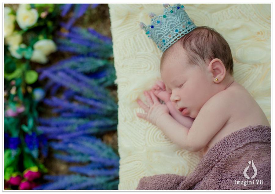 Nou născut în pătuț cu o coroniță pe cap