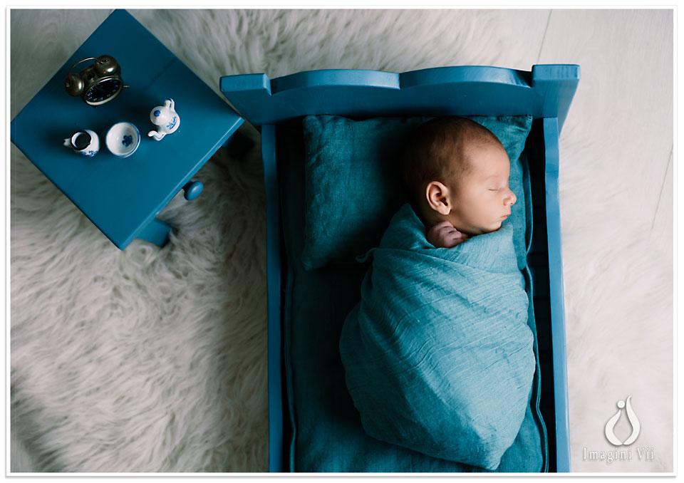 Nou născut înfășat într-un pătuț