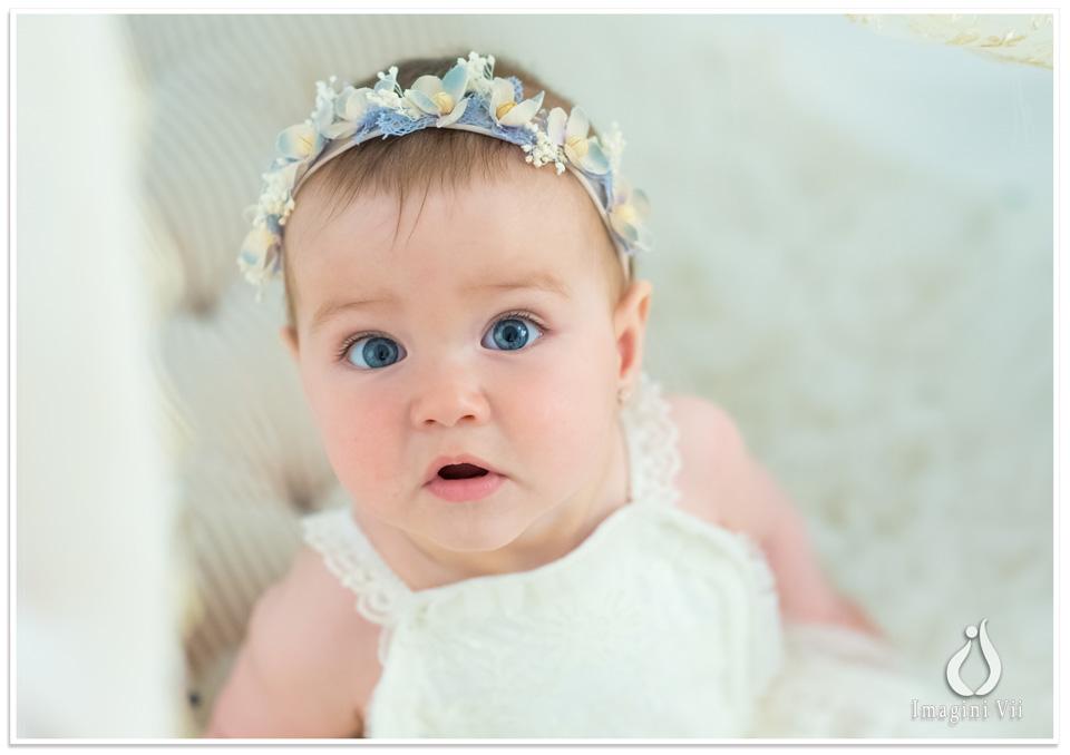 Fetiță cu coroniță de flori pe cap